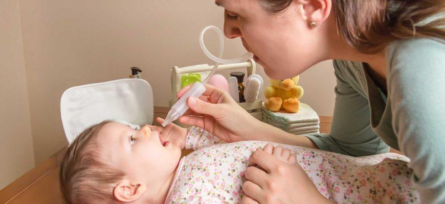התינוקת בת שנה יש לה חום גבוה